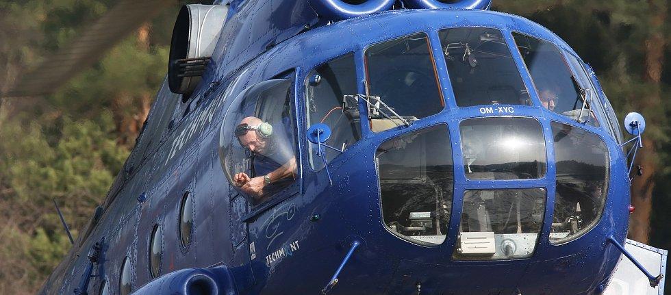 Altán na Mariinu skálu v Jetřichovicích přenesl vrtulník.