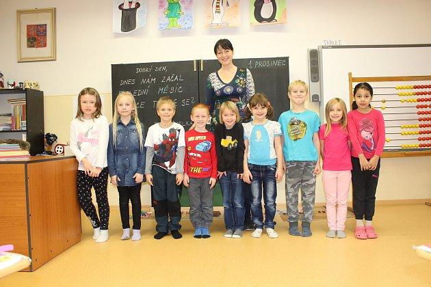 Žáci 1.třídy ze ZŠ Markvartice spaní učitelkou Ivetou Effenbergerovou.