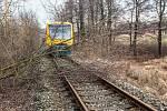 Nedaleko kostelní ulice zastavil spadlý strom osobní vlak.