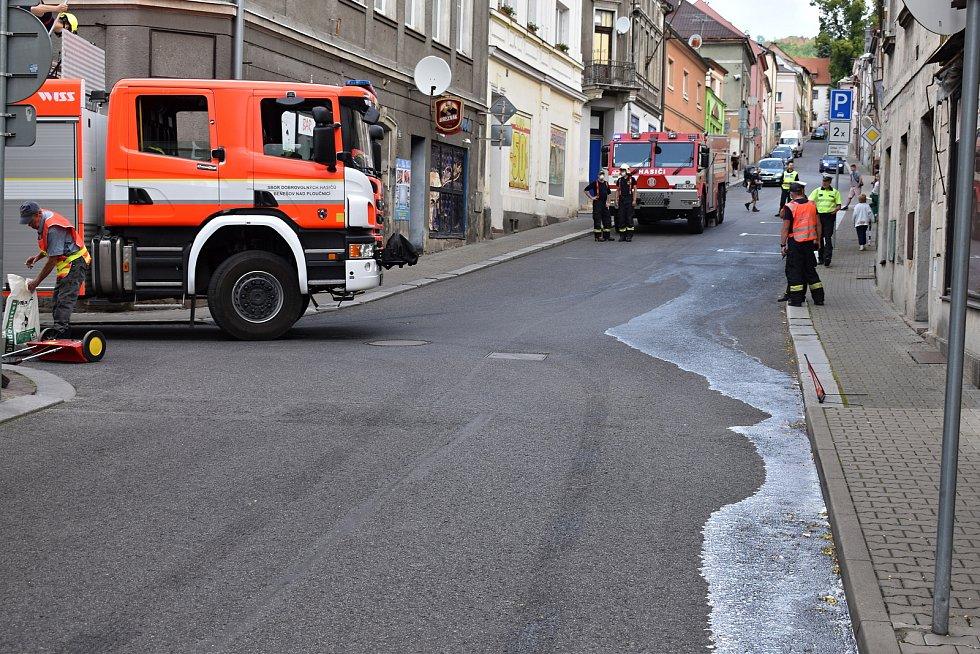 V Benešově nad Ploučnicí vyteklo z náklaďáku asi 300 litrů smetany.