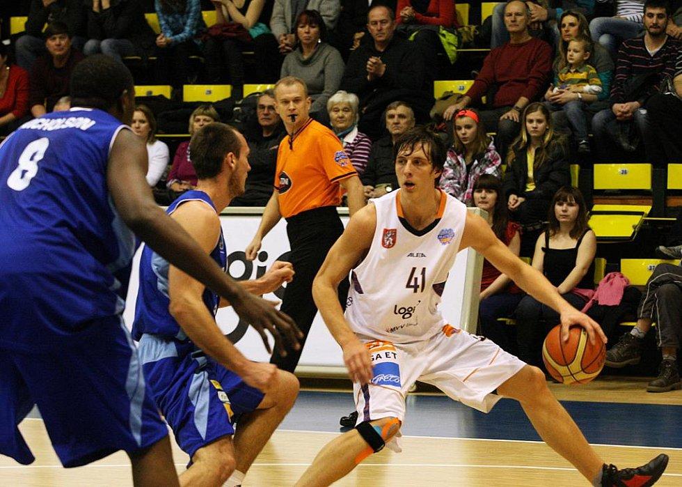 BRAVO! Basketbalisté Děčína (v bílém) po třech letech porazili Prostějov.