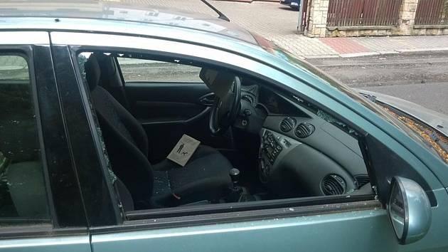 Poničené auto majitelky z Děčína.