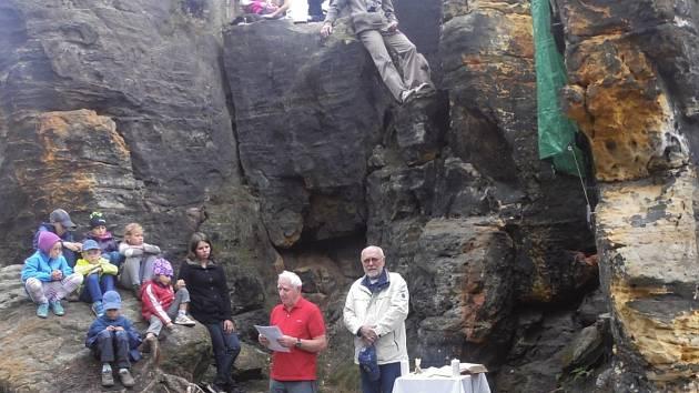 V Tisé je nový pomník. Připomíná horolezce, kteří tragicky zahynuli při výstupech do skal.