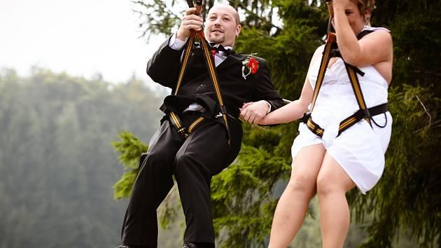 Adrenalin park Jedlová si odbyl zajímavou premiéru. Konala se zde totiž svatba.