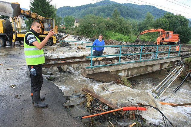 Obrovské škody napáchala povodeň na Děčínsku v obci Těchlovice, kde poškodila hlavní trať Nymburk -Děčín.