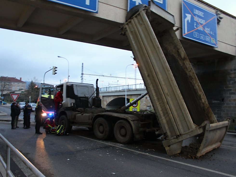 Řidič nákladního auta nesklopil korbu, jednoho zraněného přepravil do nemocnice vrtulník.