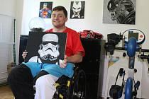 Kryštof maluje, přestože má ochrnuté i ruce. Díky rehabilitacím je ale částečně může ovládat.
