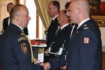 Hasiči dostali na děčínském zámku služební medaile za věrnost.