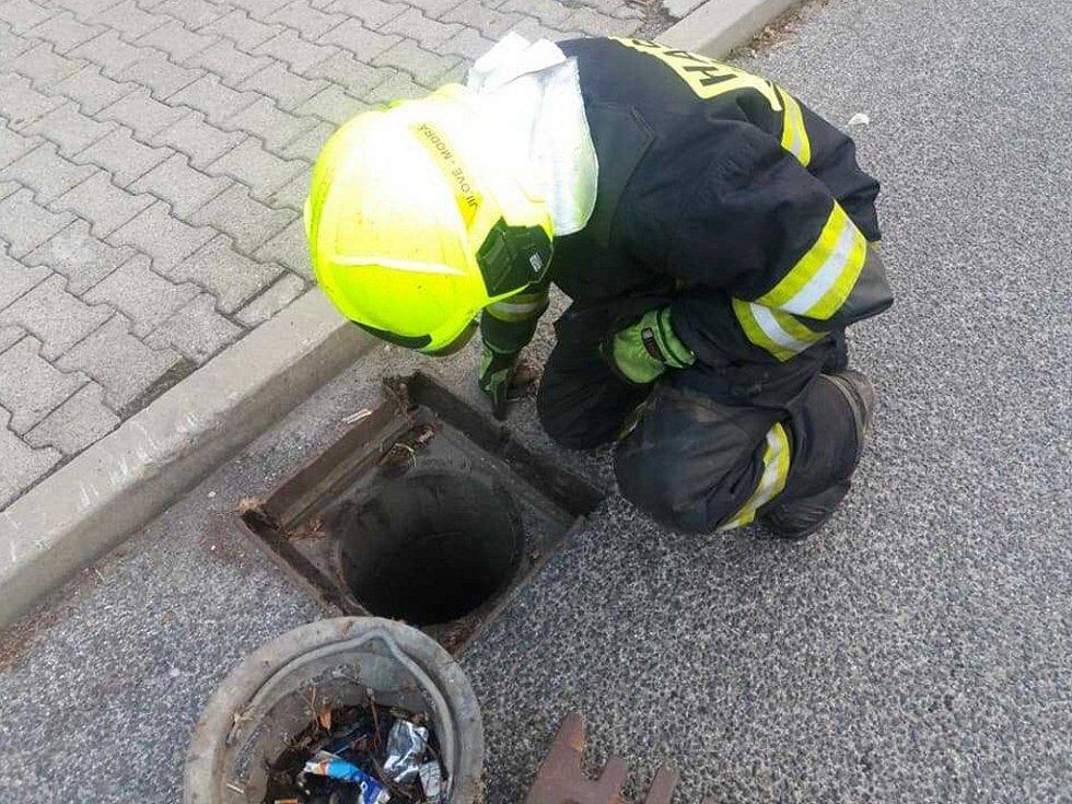 Hasiči a strážníci v Jílovém likvidovali únik provozní kapaliny.