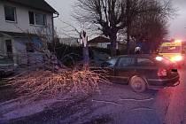 Ve Varnsdorfu narazilo auto do stromu. U nehody zasahovali hasiči