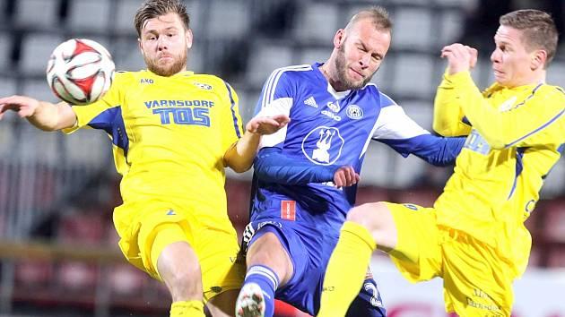 V PRVNÍM vzájemném utkání prohrál Varnsdorf v Olomouci 2:1. Na snímku zleva Radim Breite, Jakub Petr a Pavlo Rudnytskyy.