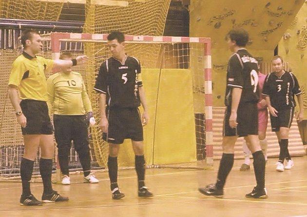 """Do druhého poločasu šli hráči Děčína s tím, že si musí dát pozor na to, aby nedali """"domácím rozhodčím"""" záminku k dalšímu rozdávání karet."""