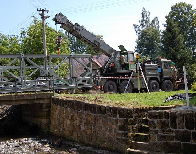Do Veselého vojáci přivezli nový most