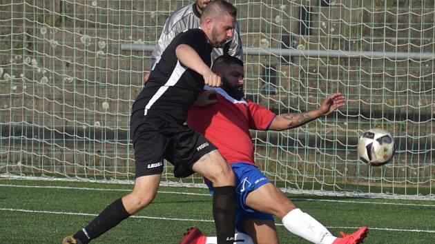 Remíza se zrodila v utkání United Roma (červené dresy) vs. Markvartice. Dva body si nakonec odvezly Markvartice.