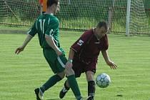 JASNÁ VÝHRA. Hráči Heřmanova (v zeleném) vyhráli 6:2 na půdě děčínského Unionu.