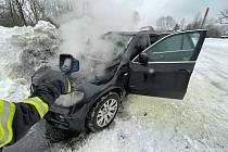 Hasiči z Varnsdorfu a Rumburku vyrazili k požáru auta. Plameny zlikvidovali za pár minut