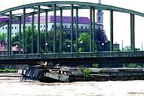 Loď pod mostem. Povodně 2002.