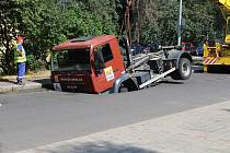 V Růžové ulici v Děčíně se propadlo silnicí nákladní auto.