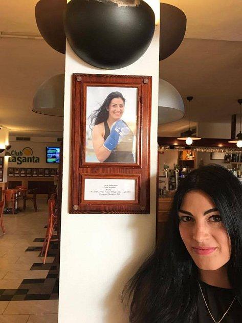LUCIE SEDLÁČKOVÁ se svou fotkou.