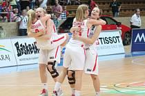 BUDOU SE RADOVAT? Před dvěma lety se takto radovala basketbalová reprezentace U 17 v Klatovech. Jak to bude u ženského výběru, ve kterém působí jako asistent trenéra Robert Landa.