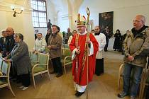 Litoměřický biskup Jan Baxant celebroval bohoslužbu v zámecké kapli sv. Jiří v Děčíně.