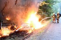 Požár auta na silnici vedoucí z Doubice do Kyjova.