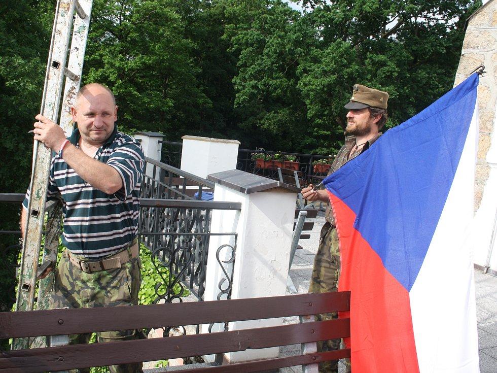 U zámečku na Pastýřskou stěnu v Děčíně vyvěsili dvě vlajky: vlajku Děčína a státní vlajku.