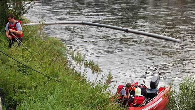 Tři sta metrů dlouhá a tři metry široká olejová skvrna na hladině Labe potrápila v pondělí dopoledne děčínské profesionální i dobrovolné hasiče.