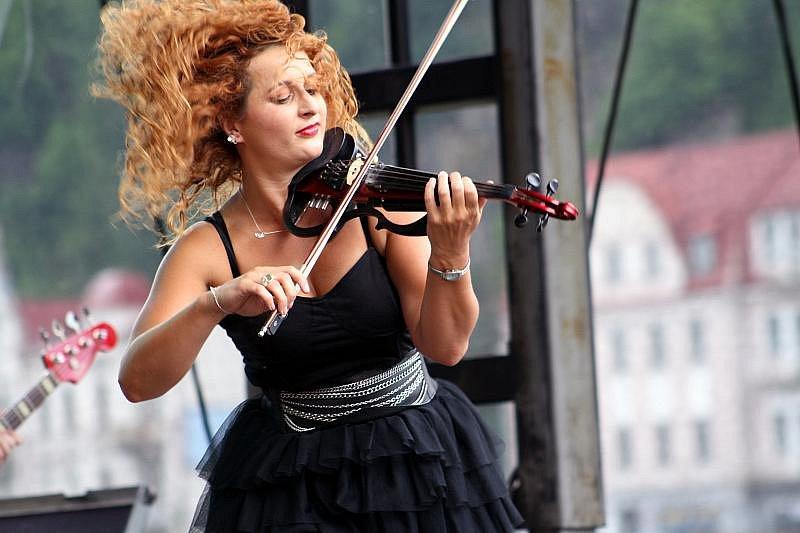 V sobotu přilákaly hudební hvězdy na nábřeží pod zámkem tisíce lidí.