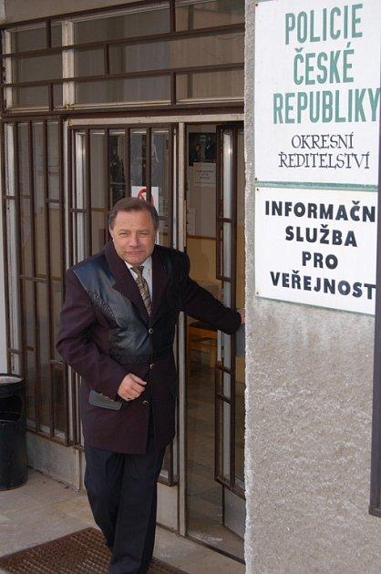 Dojatý František Pelánt naposledy vychází z dveří okresního ředitelství.
