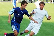 NEDAŘÍ SE. Junior i  Modrá v herní krizi. Na snímku Růžička (v bílém) z Modré proti Haviarovi z Loun.