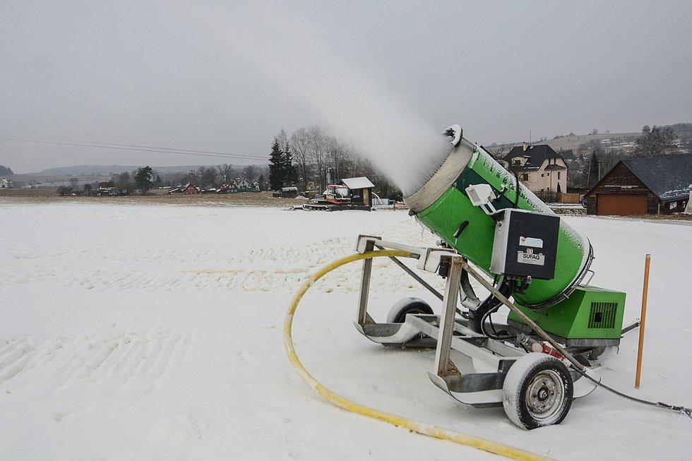 Díky mrazivému počasí může na sjezdovce v Horním Podluží probíhat zasněžování pomocí sněžných děl.
