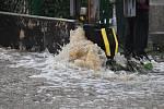 Velká voda se valila po silnici v Přípeři.