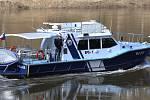 Na řece Labi se pohybuje plavidlo státní plavební správy s policisty poříčního oddílu z Ústí nad Labem a nevpustí do republiky žádné plavidlo.