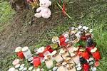 Na místě neštěstí vyrostl pomníček s křížkem, ke kterému příbuzní a přátelé nosí nejen květiny a svíčky, ale také třeba plyšové hračky. Pietní místo opakovaně někdo poničil.