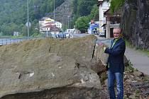KÁMEN. Silnici ze Hřenska do sousedního Německa blokuji již několik let dva kameny. Hřenský starosta Jan Havel stojí u jednoho z nich.