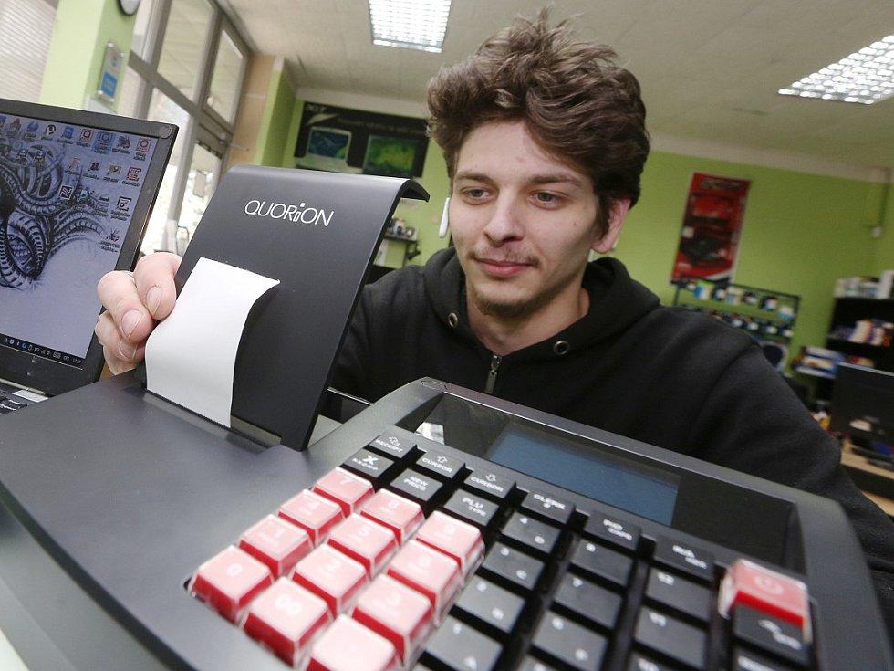 MONTÁŽ pokladen pro elektronickou evidenci tržeb probíhá v Ústeckém kraji do poslední chvíle, v pondělí to bylo například v jednom z děčínských obchodů.