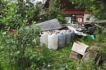 Patnáct barelů s kyselinou sírovou objevili lidé ve Chřibské.