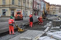 Dělníci opravují poškozenou část revitalizovaných Podmokel.