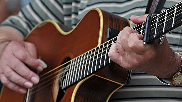 Hra na kytaru. Ilustrační foto.
