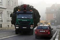 Transport vánočního stromu v Děčíně. Ilustrační foto