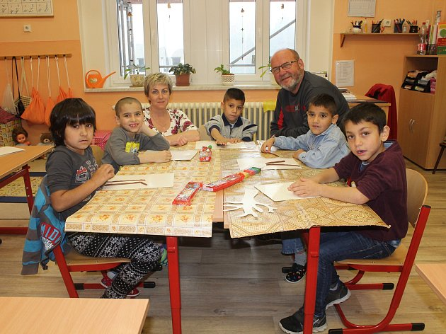 Žáci 1.třídy ze Speciální ZŠ Varnsdorf spaní učitelkou Ivou Sentnerovou, panem ředitelem Jaroslavem Červinkou a předškoláčky.