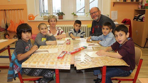 Žáci 1. třídy ze Speciální ZŠ Varnsdorf s paní učitelkou Ivou Sentnerovou, panem ředitelem Jaroslavem Červinkou a předškoláčky.