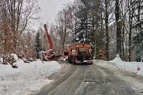 Na silnici z Jílového na Sněžník zapadl sypač. Na pomoc mu přijel další a také autojeřáb