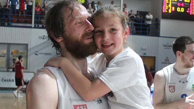 ROBERT LANDA po posledním semifinále proti Svitavám. V náručí slaví postup se svou dcerkou.