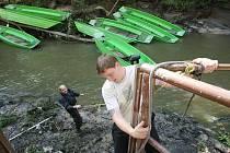 Plavba lodičkami po Kamenici nad Hřenskem pro letošek skončila. Víkendová velká voda v soutěskách řádila významně.