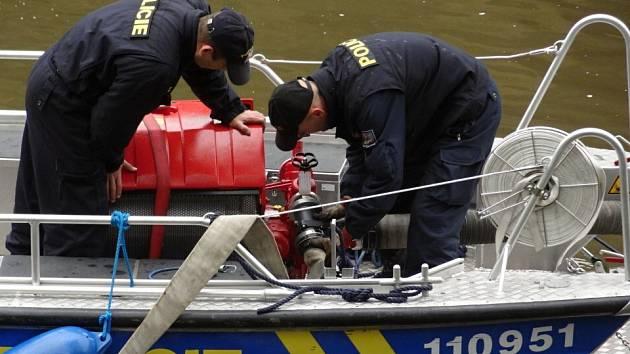 Sobotní cvičení hasičů u Dolního Žlebu probíhalo v těžkých podmínkách.
