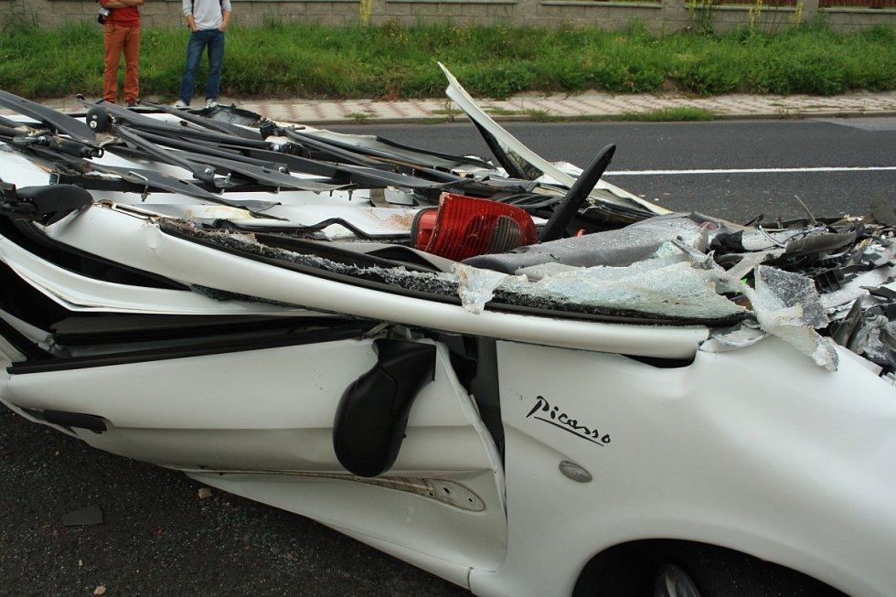 Z osobního auta zůstala pouze nepojízdná placka.