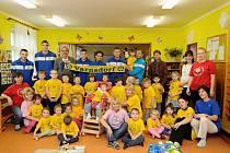 FOTBALOVÝ KLUB VARNSDORF potěšil svou návštěvou děti v mateřské školce Čtyřlístek.