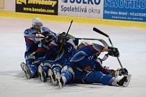 Hokejisté Děčína (v bílém) porazili ve druhém utkání play-off Most.